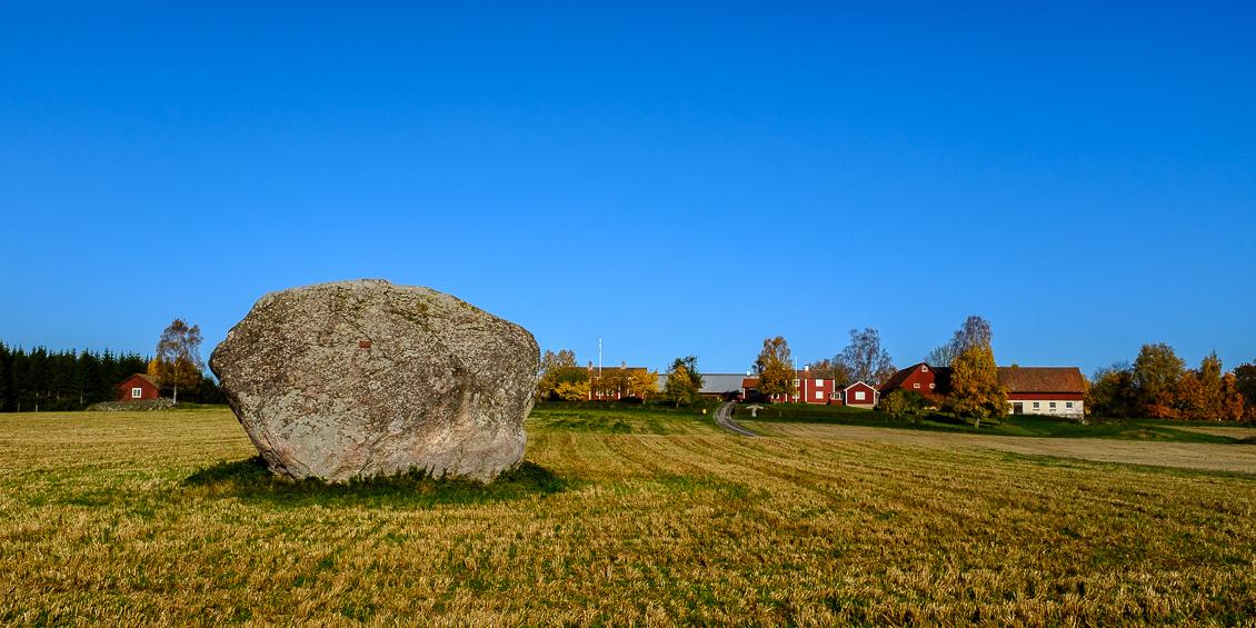 Klippblock på höståker, Glanshammar, Närke